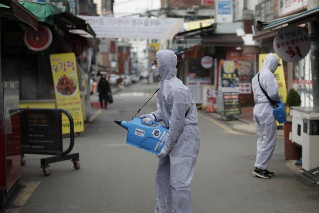 Zdravotník dezinfikuje tržiště v Soulu