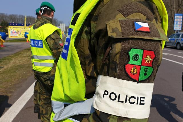 Voják s páskou Policie
