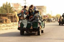 Afghánští vojáci se přesouvají ve městě Kunduz