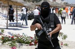Tuniská policie na pláži v Sousse, kde došlo k teroristickému útoku