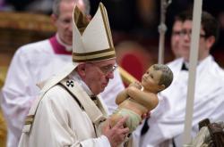 Papež František při půlnoční mši vánoční ve Vatikánu