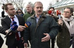 Marian Kotleba při odchodu z televizní debaty v TV Markíza