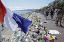 Promenáda v Nice zahalená do květin a pietních předmětů