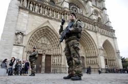 Voják před katedrálou Notre Dame