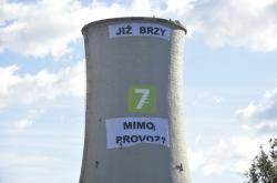 Transparent Greenpeace na chvaletické elektrárně