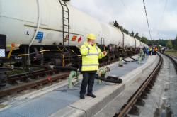 Plnění prvního vlaku českou naftou v Kraillingu