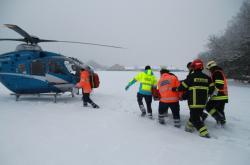 Do nemocnice odvezl řidiče posypového vozu vrtulník.
