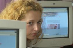Někdejší ministryně Petra Buzková při předání počítačové sítě dvoutisící škole. Po roce 2000 zaváděl stát internet ve školách