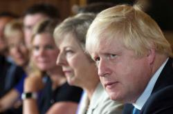Boris Johnson s Theresou Mayovou