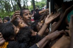 Uprchlí Rohingové prosí o jídlo