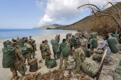 Vojáci pomáhají s evakuací obyvatel na Amerických Panenských ostrovech