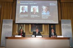Jacques Dubochet, Joachim Frank a Richard Henderson dostali Nobelovu cenu za chemii