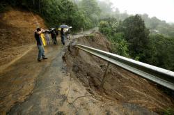 Deštěm podemletá silnice na Kostarice