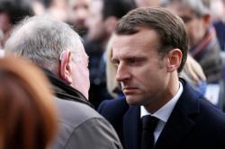 Prezident Macron s příbuznými obětí útoku