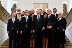 Oficiální snímek nové vlády s prezidentem