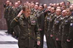 Vojáků byli oceněni za působení v zahraničních misích. Na snímku Josef Bečvář (vlevo) na slavnostním nástupu
