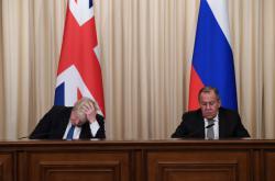 Boris Johnson (vlevo) a Sergej Lavrov