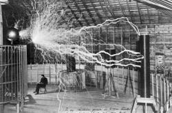Tesla v jeho laboratoři