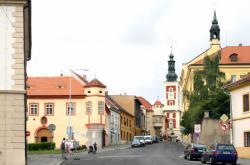 Pohled na radnici na Masarykově náměstí z Vinařické ulice