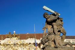 Sousoší Souboj Titánů u první brány Pražského hradu
