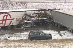 Nehoda kamionů a aut na D1