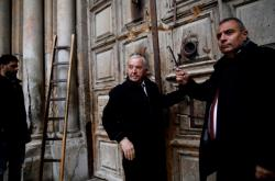 Adeeb Joudeh a Wajeeh Nuseibeh s klíčem k Chrámu Božího hrobu