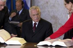 Václav Klaus v roce 2003 podepisuje smlouvu o přistoupení České republiky k Evropské unii
