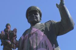Socha maršála Koněva politá barvou