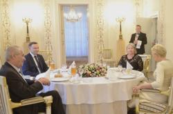 Miloš Zeman s manželkou při večeři s polským prezidentem Andrzejem Dudou a jeho chotí