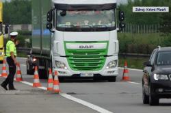 Popraskaná vozovka na dálnici D5 u Plzně