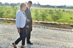 Andrej Babiš a hejtmanka Ivana Stráská si prohlížejí stavbu dálnice D3 u Ševětína