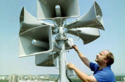 Ivo Čermák instaluje speciální hlasové sirény v Přerově (rok 1998)