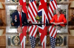 Donald Trump při jednání s Theresou Mayovou