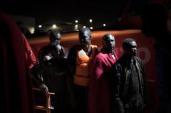 Migranti ve španělském přístavu