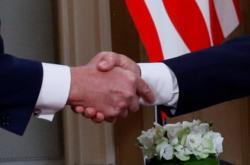Úvodní stisk rukou prezidentů Trumpa a Putina před jednáním v Helsinkách