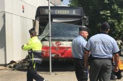 Nehoda autobusu v pražských Strašnicích