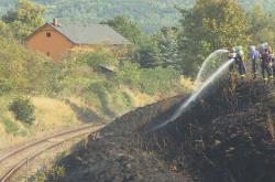 Hasiči zasahují u požáru u trati