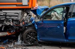 Nehoda auta a kamionu u Doks