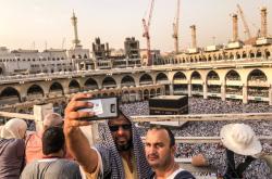 Poutníci si pořizují selfie před Velkou mešitou