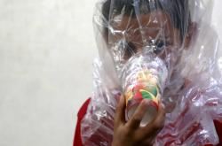 Malý Syřan v Idlíbu zkouší podomácku vyrobenou kyslíkovou masku