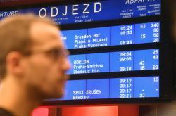 Tabule na pražském Hlavním nádraží informuje o zpoždění vlaků kvůli poruše trakčního vedení ve Vršovicích