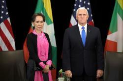 Do Aun Schan Su Ťij a Mike Pence