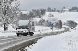 Zasněžený úsek silnice mezi Želnavou a Slunečnou na Prachaticku