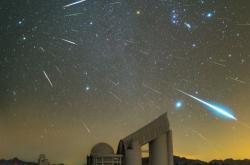 Maximum Geminid v roce 2015 nad čínskou observatoří Xinglong. V pravém horním  rohu se rozkládá výrazné souhvězdí Orionu