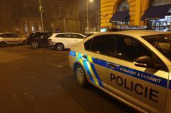 Policisté při vyšetřování nehody, při níž řidička srazila dvě chodkyně