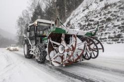 Sníh brzdil ve čtvrtek dopravu z Vrchlabí do Špindlerova Mlýna