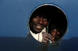 Běženci na polubě lodi Professor Albrecht Penck u břehů Malty