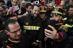 Matteo Salvini s hasiči