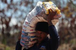 Venezuelan se snaží přes hranici přenést potraviny ze sousední Brazílie