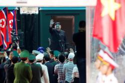 Severokorejský vůdce Kim Čong-un se loučí před odjezdem z Vietnamu do KLDR